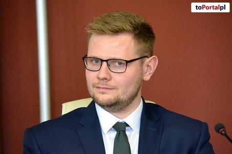 Michał Woś:  Ciężki tydzień - żona i córeczka też z wirusem, na szczęście w dobrym stanie.