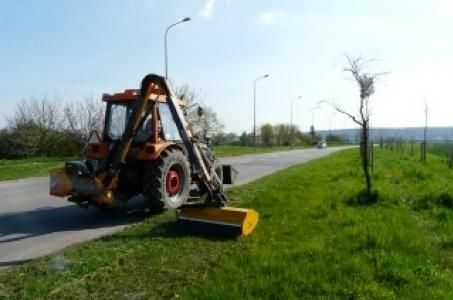 Racibórz. Trwają prace związane z wykaszaniem poboczy dróg powiatowych.