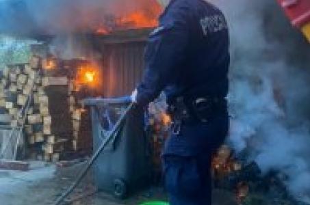 Racibórz.  Domownicy spali kiedy paliła się okolica ich domu. Pomogli policjanci.