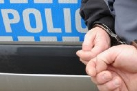 Racibórz.  Raciborscy kryminalni i zatrzymali sprawcę uszkodzenia opon samochoda.