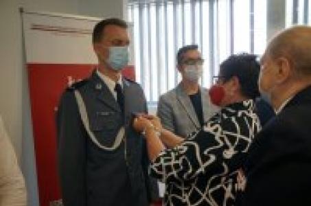 Racibórz.  Raciborski sierżant wyróżniony odznaką honorowego dawcy krwi.
